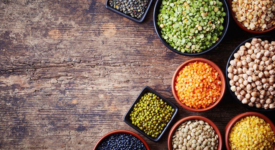 I legumi sono fra gli alimenti più ricchi di acido folico: piselli, ceci, lenticchie, fagioli assicurano oltre all'apporto di vitamina B9 anche quello di fibre, proteine, carboidrati complessi e ferro.<br />I legumi più ricchi di acido folico sono le lenticchie (179 mcg per mezza tazza, pari al 45% del fabbisogno giornaliero), seguite dai ceci (121 msg a lattina) e dai fagioli (26% del fabbisogno giornaliero).