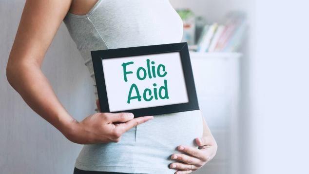 L'acido folico è elemento essenziale per l'organismo, soprattutto in certe fasi della vita. Nell'immaginario collettivo è ormai associato alla gravidanza, periodo in cui in effetti è saggio per le donne integrare la propria alimentazione con multivitaminici che contengano anche l'acido folico o vitamina B9.<br />La sostanza favorisce la produzione di materiale genetico ed è fondamentale per ridurre il rischio di spina bifida. Fra le altre cose, stimola la formazione dei globuli rossi, garantisce il corretto funzionamento del cervello e degli organi sessuali e svolge un ruolo anche nella salute mentale ed emotiva.<br />La carenza di acido folico può causare anemia e aumentare il rischio di alcuni tipi di cancro, fra cui quello del colon, del cervello, dei polmoni e del collo dell'utero.