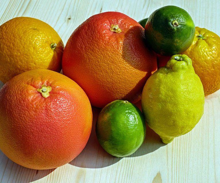 Il succo di limone è una bevanda utilissima per la salute dell'organismo. Migliora la digestione, riducendo il gonfiore intestinale e i bruciori di stomaco. Stimola la diuresi e l'espulsione delle tossine. Fortifica il sistema immunitario grazie alla presenza di vitamina C che, insieme agli altri antiossidanti, contrasta anche i radicali liberi che invecchiano la pelle e provocano le rughe.<br />il succo di limone rinfresca l'alito e attenua il dolore in caso di mal di denti. Tuttavia, l'acido citrico erode lo smalto, quindi dopo aver bevuto il succo è bene risciacquare la bocca con semplice acqua.<br />Infine, il succo di limone è un valido alleato anche nei regimi alimentari dietetici. La pectina, una fibra contenuta all'interno del limone, ha l'effetto di sedare le crisi di fame improvvise.