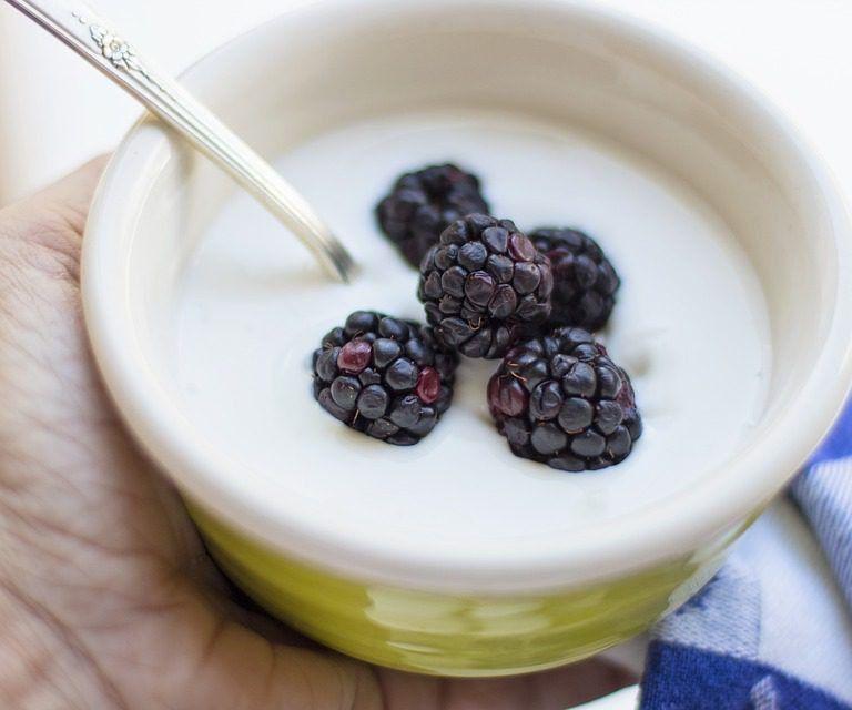 Lo yogurt dovrebbe essere un alimento imprescindibile per la colazione mattutina. Il suo consumo è associato a un minor rischio di obesità. Merito del calcio, che regola la composizione corporea riducendo la lipogenesi e favorendo allo stesso tempo la lipolisi. Inoltre interferisce con l'assorbimento dei grassi nell'intestino diminuendo l'introito energetico complessivo.<br />Lo yogurt è stato anche associato a un rischio inferiore di insorgenza di diabete e ipertensione.<br />Inoltre, i lattobacilli contenuti al suo interno mostrano effetti benefici su piccole lesioni intestinali, ulcere, erosioni e sanguinamenti causati dal consumo di aspirina.