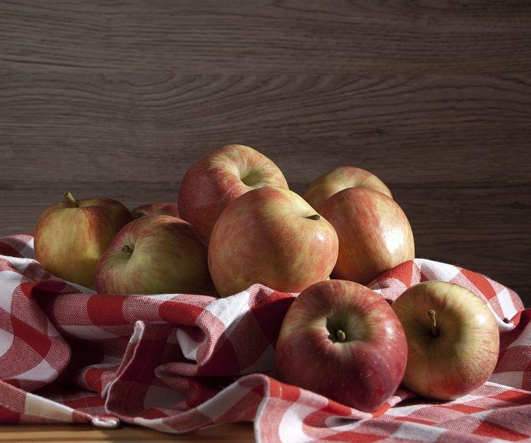 Le mele sono un alleato storico per l'organismo umano. A dispetto di un apporto calorico abbastanza ridotto, le mele offrono una serie di benefici a cui è difficile rinunciare. <br />Secondo una serie di ricerche, la quercetina in esse contenuta rappresenta un valido scudo antitumorale, specie per alcuni tipi di cancro come quello del colon.<br />Un'altra sostanza presente nel frutto, l'acido ursolico, è invece associata al miglioramento del tono muscolare, soprattutto fra gli anziani, categoria che per ovvie ragioni soffre più di altre di perdita di massa muscolare.<br />Una varietà particolare, le succose e acidule Granny Smith, sembra avere invece un effetto preventivo nei confronti dell'obesità.