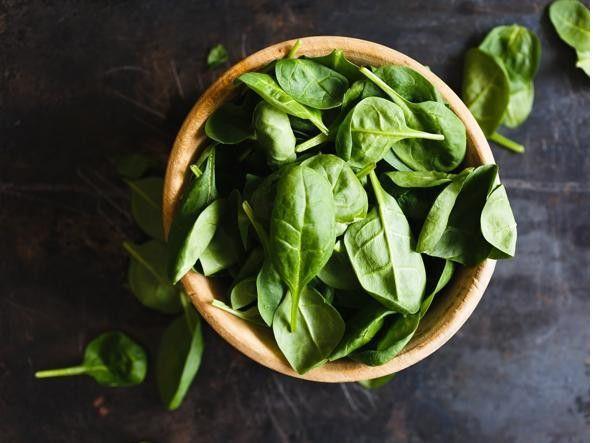 Gli spinaci contengono una buona quantità di acido folico. In 100 grammi sono presenti circa 58 mcg di folato, ovvero il 15% del fabbisogno giornaliero. Inoltre, gli spinaci hanno fitonutrienti fondamentali come il betacarotene e la luteina, sostanze antiossidanti che prevengono il cancro.