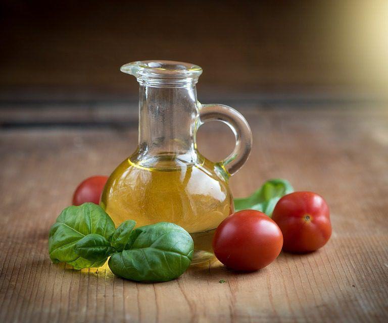 L'olio extravergine d'oliva è da sempre il vanto della tradizione alimentare italiana. Innumerevoli i suoi benefici per l'organismo. L'olio d'oliva è ricco di tocoferolo, antiossidante che contrasta l'invecchiamento fisiologico dell'organismo e favorisce l'eliminazione delle scorie metaboliche.<br />L'olio d'oliva può inoltre essere considerato un farmaco antidiabetico naturale. Secondo una recente ricerca italiana, infatti, una dose quotidiana di 10 grammi di olio ha l'effetto di un antidiabetico orale con un meccanismo simile a quello dei farmaci di nuova generazione, le incretine, ormoni naturali prodotti a livello gastrointestinale che riducono il livello della glicemia nel sangue. L'olio aumenta il livello di incretine e di conseguenza diminuisce quello della glicemia, aumentando nel contempo l'insulinemia nei pazienti sani.<br />Noto anche il suo effetto protettivo nei confronti del cancro al seno. L'olio d'oliva sembra infatti in grado di inibire l'iperespressione del recettore HER2, implicato nei processi di diffusione delle cellule cancerose in una certa percentuale di casi.