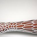 Gesso addio: ecco l'esoscheletro stampabile in 3d<br /><br />L'unica controindicazione è che gli amici non ve lo potranno più firmare. L'idea da Kinect di Xbox<br />Jake Evill, laureato da poco alla Victoria University della Nuova Zelanda, non voleva rassegnarsi all'idea di portare il gesso dopo essersi rotto una mano. Brutto, pesante, «arcaico». Così ha pensato bene di crearselo da solo con una stampante 3D. Il risultato, che potete osservare nel dettaglio nel video ripreso da Mashable, è una struttura leggera, riciclabile e soprattutto lavabile. Unica...