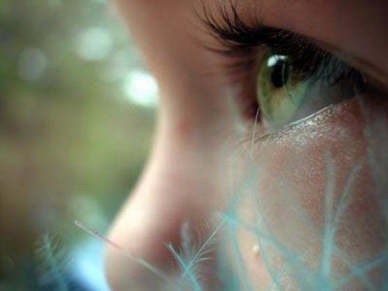 Una nuova tecnica laser per il trapianto parziale di cornea consente ai bambini di recuperare la vista velocemente, riducendo il rischio di rigetto.<br />E' stata messa a punto e sperimentata con successo all'Ospedale Pediatrico Bambino Gesù dall'equipe del Prof. Luca Buzzonetti, responsabile dell'unità operativa complessa di oculistica.<br />Questa nuova tecnica, si utilizza in caso di patologie e lesioni che interessano gli strati anteriori della cornea (in particolare lo stroma, )senza il coinvolgimento della parte più profonda, l'endotelio, la cui conservazione abbatte il rischio di rigetto.<br />Leggi articolo completo su: www.italiasalute.it