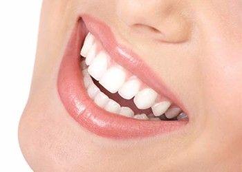 Un bel sorriso è prima di tutto un sorriso sano.Ecco alcuni consigli della Dott.ssa Udeschini per combattere la sensibilità dentaria:evitare spazzolini duri,quando lavate i denti la spazzolatura deve essere circolare,evitare dentifrici e abrasivi,evitare 'fai da te' tipo bicarbonato o sale,usare dentifrici rimineralizzati specifici che contengono sali minerali e non mai abrasivi,evitare trattamenti sbiancanti domiciliari,nei periodi acuti di ipersensibilità utilizzare un gel desensibilizzante,evitare di bere spremute di agrumi dato che l'acido peggiora la sensibilità,evitare di usare molto aceto e limone per condire la verdura poichè l'acido è un demineralizzante,l'aceto è noto da sempre per le proprietà anti calcare,effettuare controlli periodici dal dentista.Questi consigli se adoperati abitualmente possono diminuire la sensibilità.