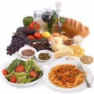 La salute del nostro cervello passa anche da quello che mangiamo. Uno studio appena pubblicato su Neurology dimostra che la dieta mediterranea produce un effetto positivo sulle cellule cerebrali. Con almeno cinque alimenti che fanno parte del nostro tipico regime alimentare si può rallentare l'atrofia cerebrale. La ricerca, sottolinea che per migliorare la propria salute non è necessario stravolgere completamente le proprie abitudini alimentari. Sembra infatti che qualche accortezza in più nella scelta dei cibi sia già sufficiente a garantire buoni risultati e a mettersi al riparo.