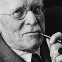 """n""""La psicologia è il 'farsi coscienza' del processo psichico, ma in senso più profondo non è una spiegazione di tale processo… La psicologia deve abolirsi come scienza, e proprio abolendosi raggiunge il suo scopo scientifico.nOgni altra scienza ha un 'al di fuori' di se stessa; ma non la psicologia, il cui oggetto è il soggetto di ogni scienza in generale"""".Da Riflessioni teoriche sull'essenza della psiche,nCarl Gustav Jung"""