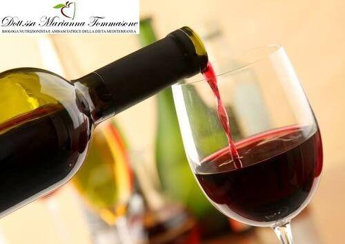 Preferire il vino rosso perchè più ricco in polifenoli. E' possibile consumare 1 - 2 bicchieri (125 m) di vino durante i pasti principali!